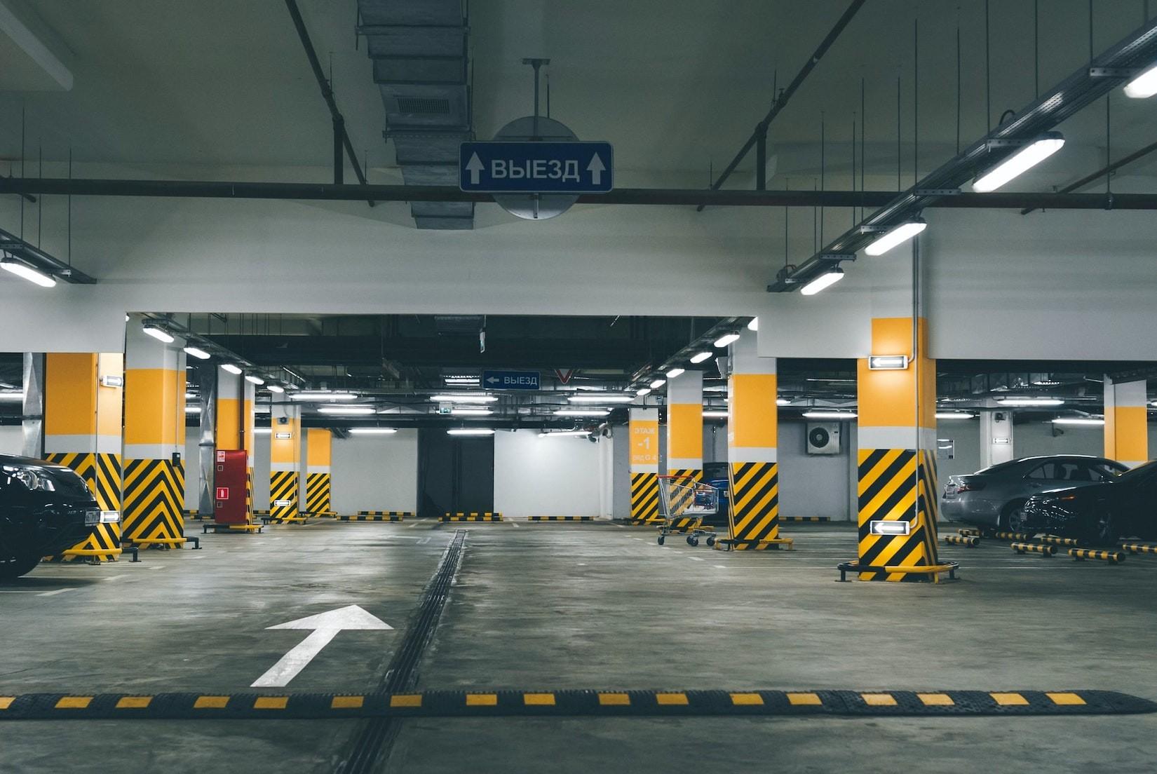Parkplatz: Beide fahren rückwärts aus der Parklücke – Kollision! Wer zahlt?