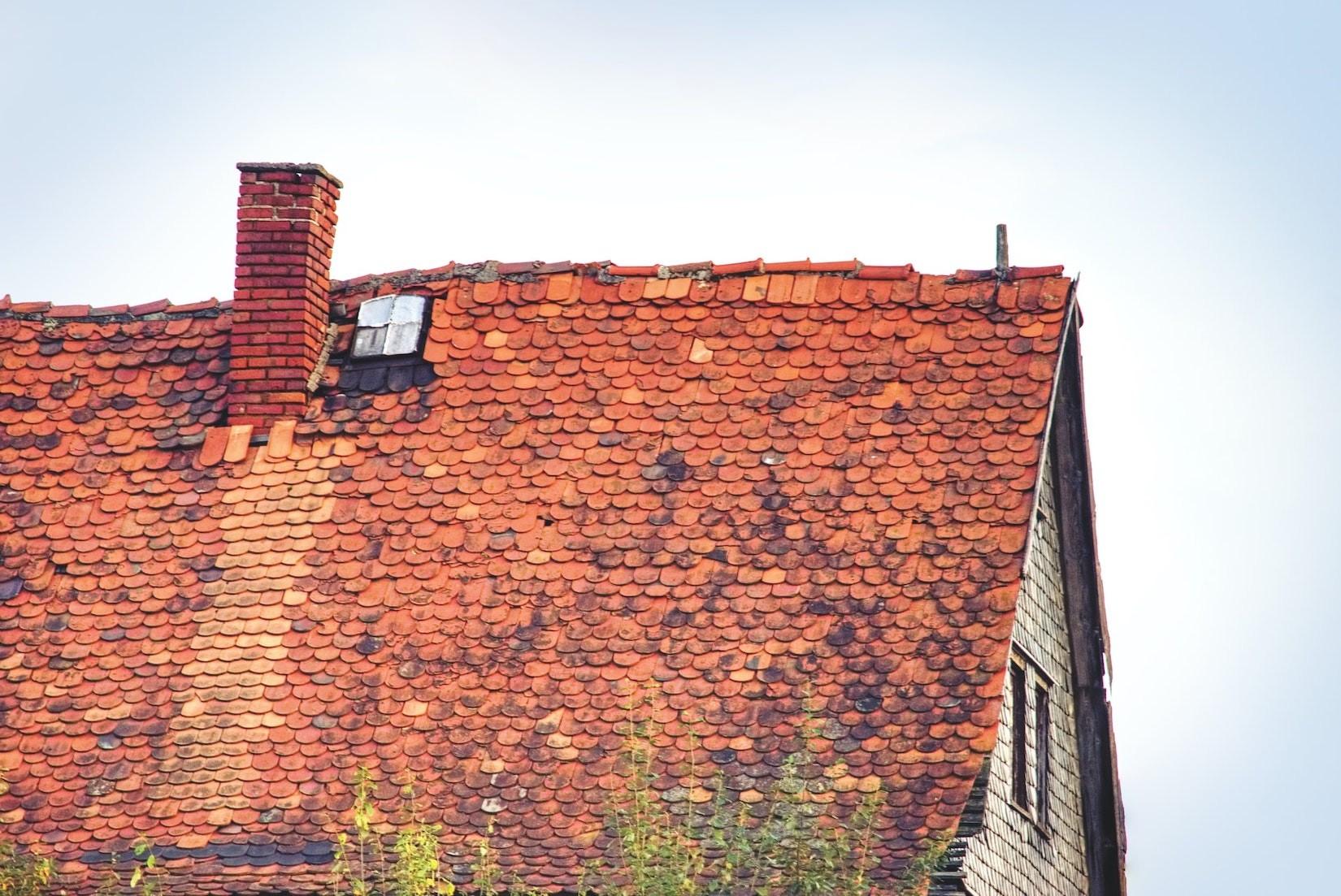 Sturmschaden: Versicherungsschutz auch bei altem Dach?