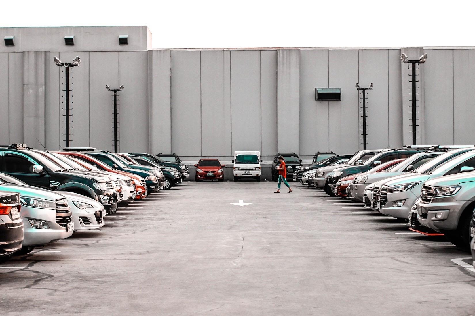 """Unfall auf Parkplatz: Gilt die """"Rechts vor Links"""" Regel?"""