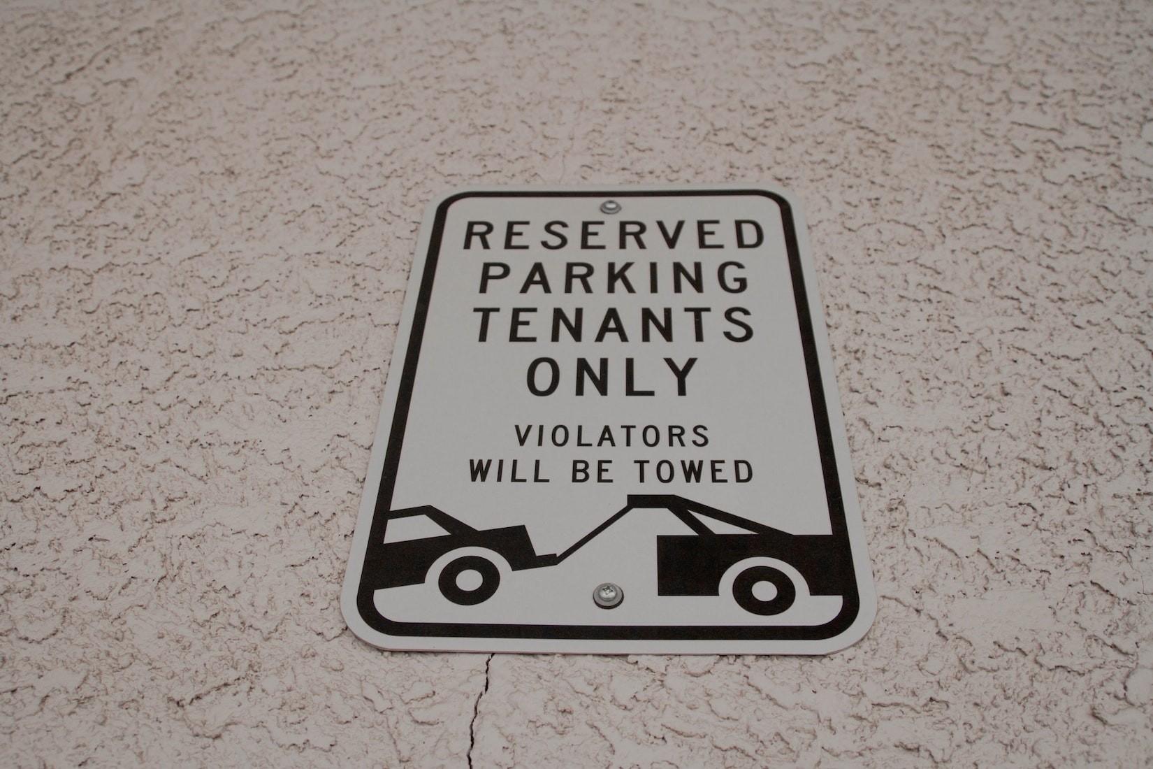 Einfahrt zugeparkt: Wer zahlt die Abschleppkosten?