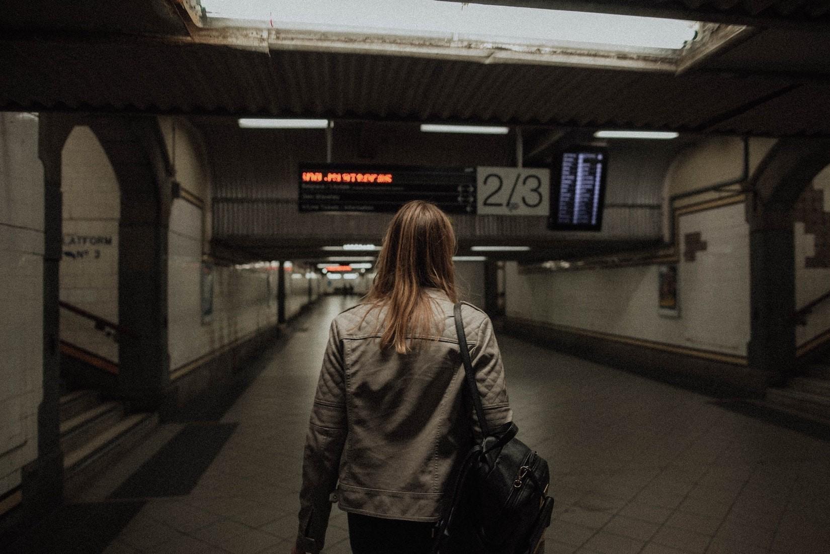 Jugendliche-Bahnhof_unsplash